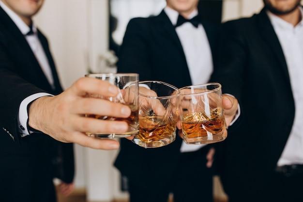 Groep mensen die whisky drinken