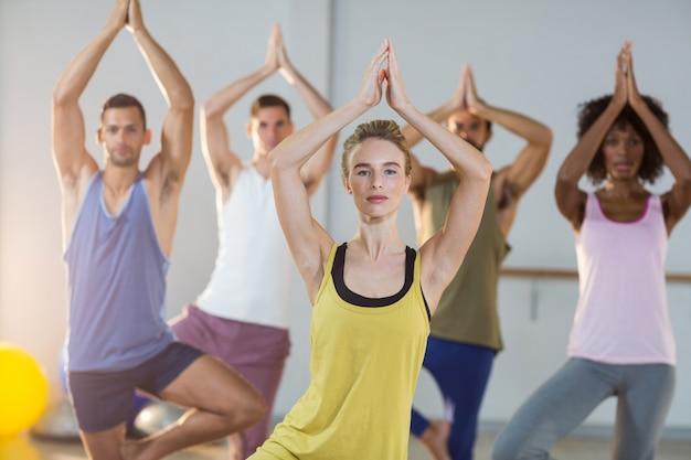 Groep mensen die yoga doen