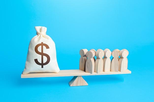 Groep mensen en dollargeldzak op gewichtsschalen vereiste betaling van personeelssalarissen