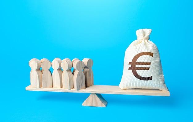 Groep mensen en euro geldzak op gewichtsschalen vereiste betaling van personeelssalarissen