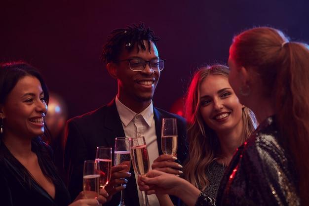 Groep mensen feesten in nachtclub
