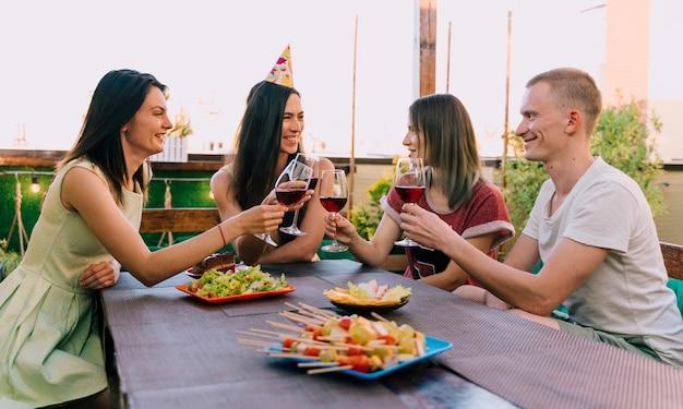 Groep mensen feesten op het dak