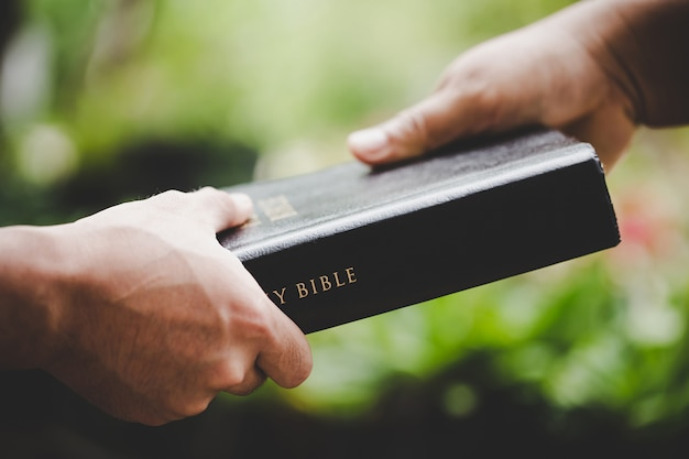 Groep mensen hand in hand bidden aanbidding geloven