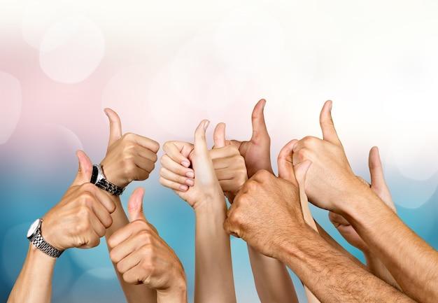 Groep mensen handen met duimen omhoog tekenen