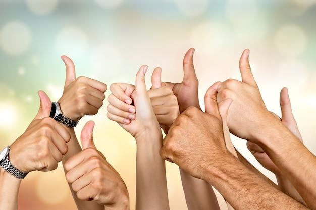 Groep mensen handen tonen duimen omhoog tekenen op achtergrond