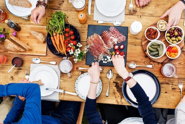 Groep mensen het dineren concept