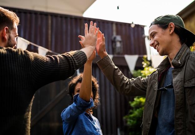 Groep mensen high five voor ondersteuning en prestatie