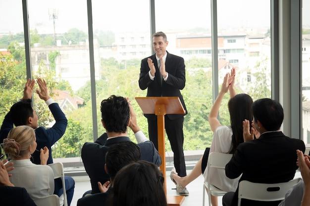 Groep mensen in business corporate event training seminar, het congres evenement of training opleiding. beheer van zakelijke werkplek en ontwikkelingsprestaties.