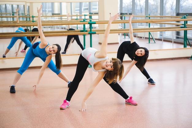 Groep mensen in de sportschool in een klasse uitrekken
