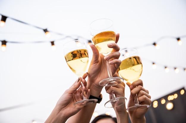 Groep mensen in feest en vieren samen met witte wijn