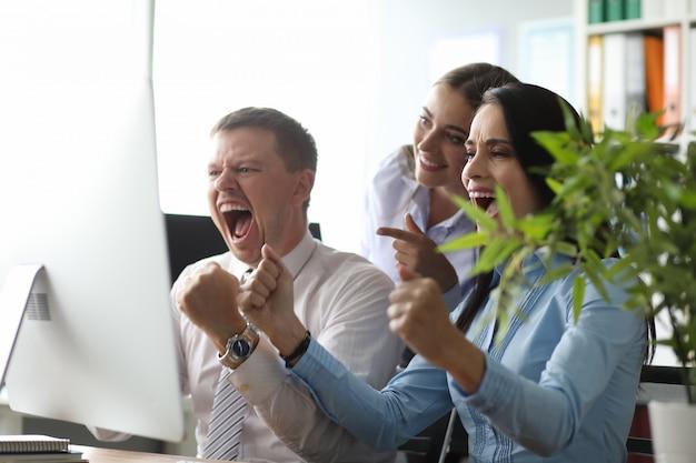 Groep mensen in kantoor correct probleem opgelost
