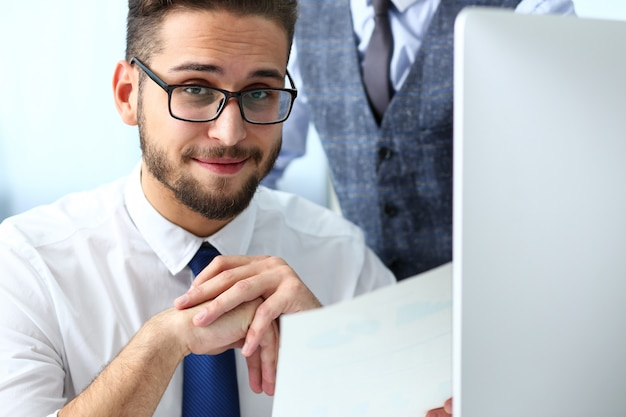 Groep mensen in kantoor gebruiken laptop pc
