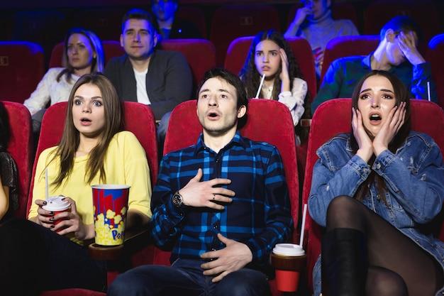 Groep mensen kijken naar een horrorfilm in de bioscoop