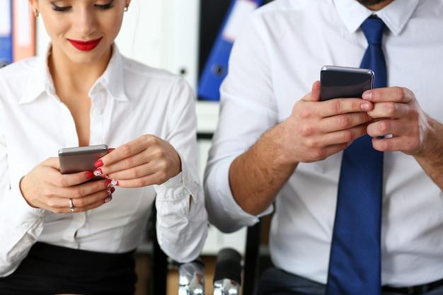 Groep mensen kijken naar telefoons in hun handen