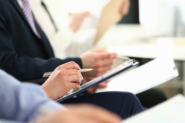 Groep mensen klappen tijdens het seminar in hun arm
