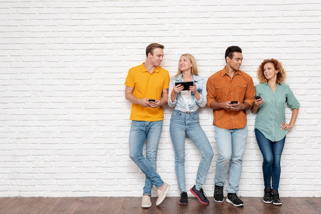 Groep mensen met elektronische apparaten