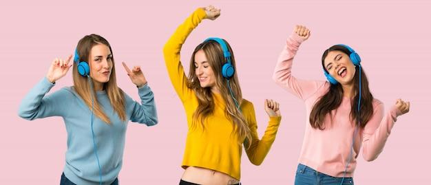 Groep mensen met kleurrijke kleding luisteren naar muziek met een koptelefoon