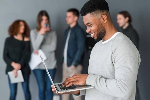 Groep mensen met laptops