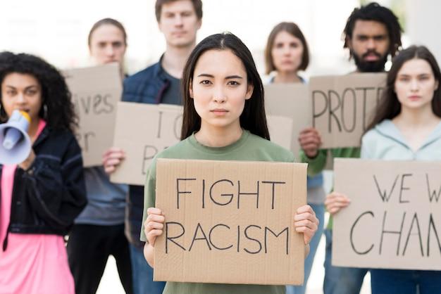 Groep mensen met quotes van racismebestrijding
