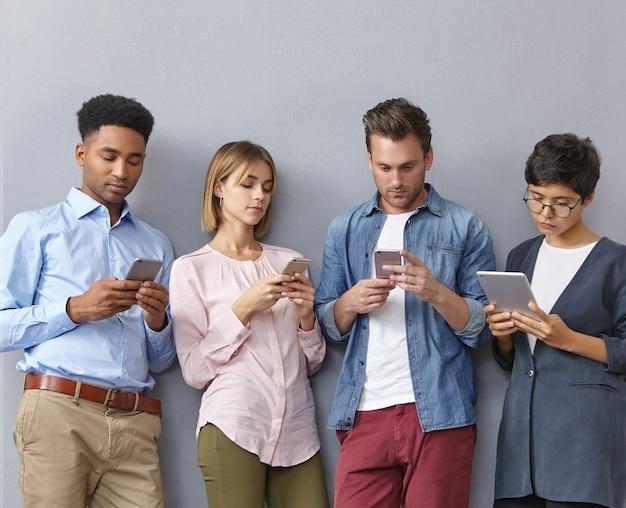 Groep mensen met smartphones en tablets