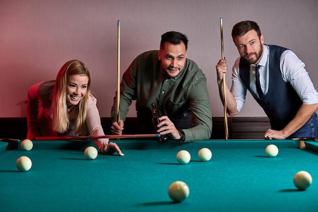Groep mensen of vrienden die samen leuk biljart, snooker of pool spelen, genieten van vrije tijd. plezier, biljart, vrije tijd, rustconcept