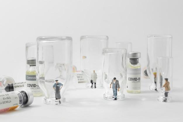 Groep mensen permanent in lege glazen flesjes vaccin