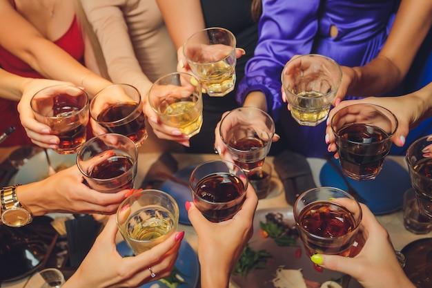 Groep mensen rammelende glazen in een feestje