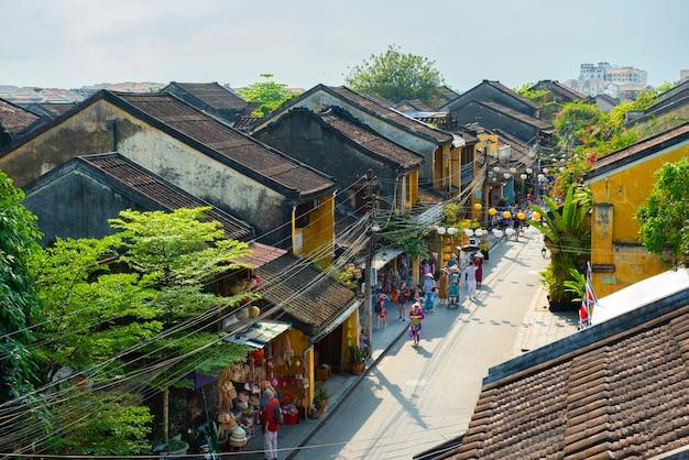 Groep mensen reizen hoian oude stad bezoeken lokale winkel.