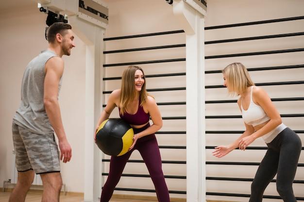 Groep mensen samen trainen