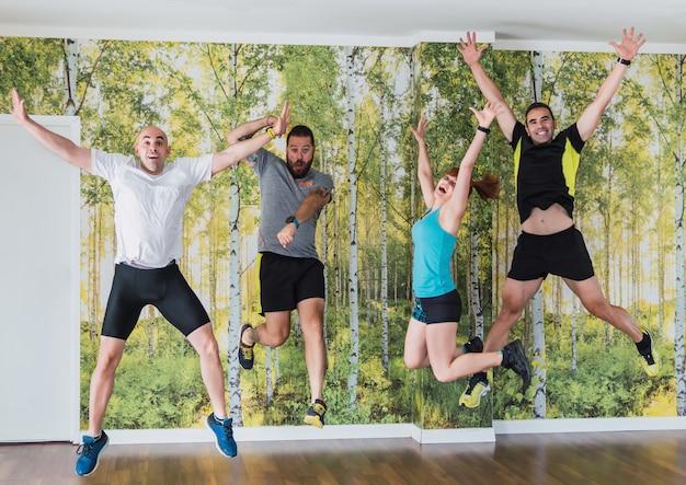 Groep mensen springen en grappen maken in een sportschool