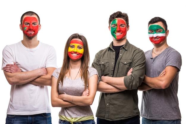 Groep mensen supporters fans van nationale teams geschilderd vlaggezicht van portugal, spanje, marokko, iran. fans van emoties.