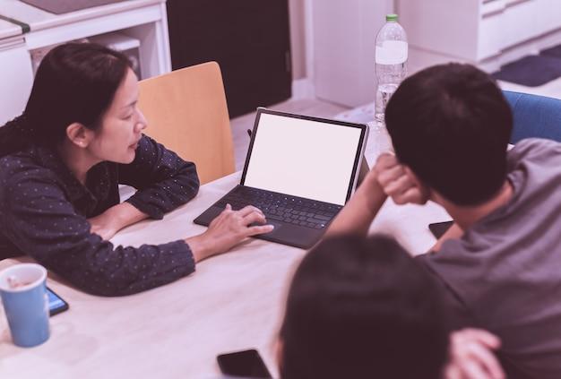 Groep mensen teamwerk die 's avonds laat op laptop werkt