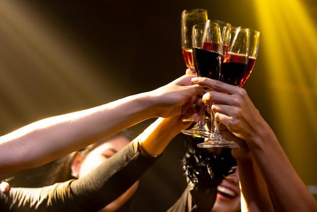 Groep mensen toast drankjes op feestje in dansclub