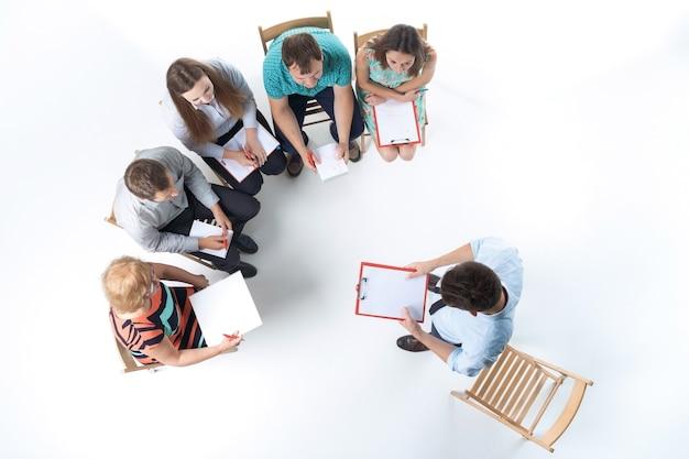 Groep mensen uit het bedrijfsleven in een vergadering