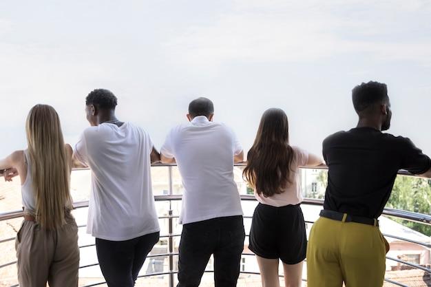 Groep mensen van achter weg te kijken