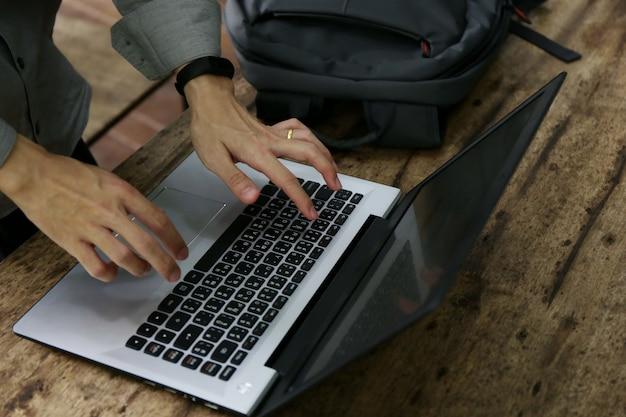 Groep mensen verschillende nationaliteit blij en vrolijk voor succes ze werken met laptop op moderne kantoor.