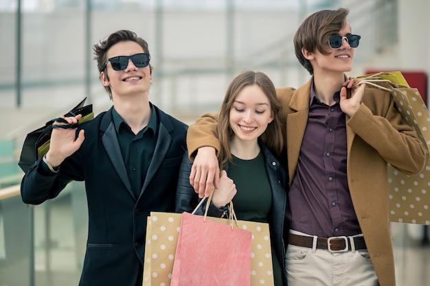 Groep mensen winkelen