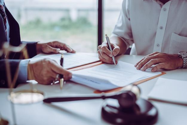 Groep middelbare leeftijd aziatische zakenmensen en advocaten bespreken en ondertekenen van een contract.