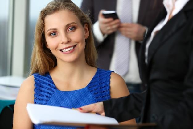 Groep modern zakenlui in bureau