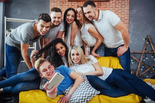 Groep mooie jongeren doen selfie in een café, beste vrienden meisjes en jongens samen plezier, poseren emotionele levensstijl