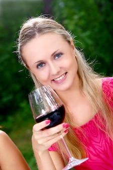 Groep mooie meisjes die wijn drinken