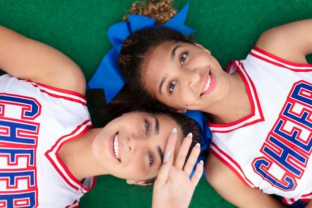 Groep mooie tiener cheerleaders in schattig uniform
