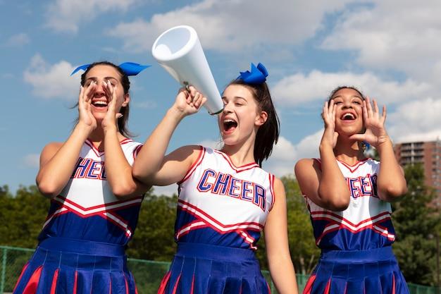 Groep mooie tieners in cheerleaderuniformen
