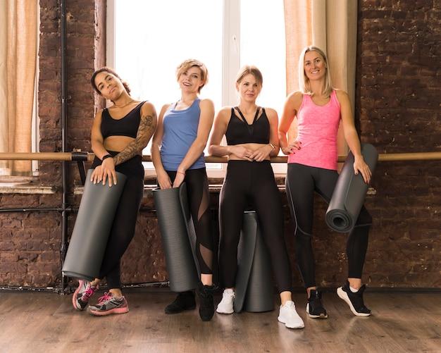 Groep mooie volwassen vrouwen samen bij de gymnastiek