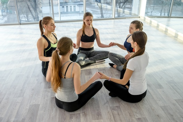 Groep mooie vrouwen beoefenen van yoga in de sportschool