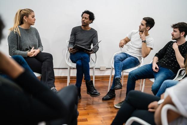 Groep multi-etnische creatieve bedrijfsmensen die aan een project werken en een brainstormvergadering hebben. teamwerk en brainstormen concept.