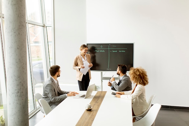 Groep multi-etnische jonge mensen uit het bedrijfsleven samen te werken op kantoor