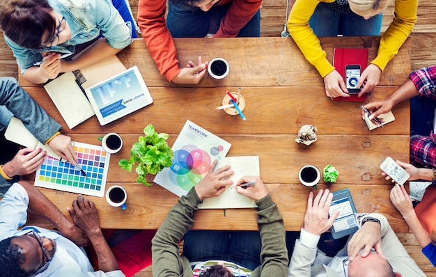 Groep multi-etnische ontwerpers brainstormen