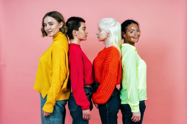 Groep multi-etnische vrouwen met verschillende soorten huid die samen poseren in studio concept over lichaam