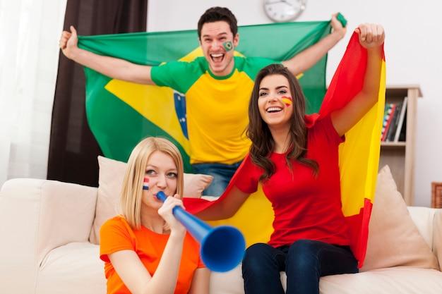 Groep multi nationale voetbalfans juichen